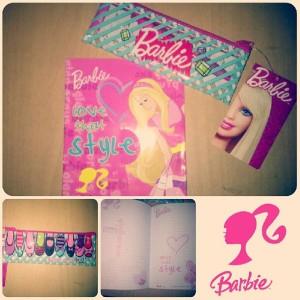 Uuuum, ini barangnya anak TK dan SD. Tapi gakapa kok, itu lucu. Notebook dan kotak pensil Barbie. Mihihi, ori Mattel loh. Mahal. hft. ini yang aku gaksuka dari diriku, gakbisa menahan nafsu belanja. Padahal kalau dipikir-pikir, barang ini gak terlalu penting, hehehe.